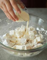 ころもとマヨネーズ液の材料は、別々に混ぜておく。長いもはよく洗い、皮ごと2cm角に切ってボールに入れる。ころもをまぶし、マヨネーズ液を加えて混ぜる(マヨネーズ液をからめるときは手早くころもがだまになりにくく、よりカラッと揚がります)。