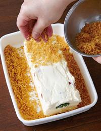 フライパンにパン粉1カップを入れ、弱めの中火にかける。へらで絶えず混ぜながら、きつね色になるまで4~5分炒める。塩少々をふって混ぜ、取り出してさます。【3】のテリーヌをオーブン用シートごと取り出し、シートをはずす。バットにパン粉の1/2量を広げ、テリーヌを置く。残りのパン粉を上からふりながら全体にまぶす。
