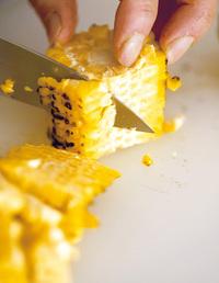 とうもろこしの長さを4等分に切り、身をこそげる(正味約120g)。米の鍋に酒大さじ2、塩小さじ1/2を加えて混ぜ、とうもろこしをのせる。