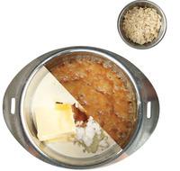 鍋に残りのバター、砂糖、はちみつ、生クリームを入れて中火で熱する。煮立ったら、弱めの中火にして、8~10分煮つめる。ミルクキャラメル色になったら、火を止めてアーモンドスライスを一度に加え、ゴムべらでさっと混ぜる。