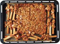 【1】のパンに【2】のアーモンドキャラメルの3/4量をかけてゴムべらで表面をならす。みみの一方に残りのアーモンドキャラメルをつける。オーブンを170℃に予熱し、20~25分焼く。天板ごとケーキクーラーにのせ、粗熱を取る。
