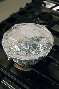 スキレットに、ごま油大さじ1/2を中火にかけ、1~2分熱して餃子を並べ入れる。弱火で2~3分焼き、スキレットを傾けて油をきる。水大さじ1を加え(※)、アルミホイルでふたをする。必ず鍋つかみをしてホイルをかぶせて押さえ、スキレットの縁に密着させる。  ※ 水を加える際、スキレットに多く油が残っているとはねるので、しっかりと油をきってください。