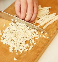 高野豆腐は袋の表示どおりにもどし、水けを絞って細かく刻む。みそだれの材料を混ぜる。