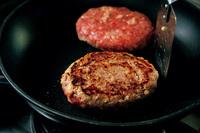 フライパンに並べ、たねの中央をへこませて中火にかける。6~7分焼き、焼き色がついたら上下を返し、ふたをして弱火で7分焼く(途中で脂を拭き取る)。器に盛り、大根おろしと好みのゆで野菜を添え、ポン酢をかける。