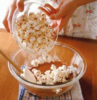板チョコレートは粗く刻み、下記「板チョコの溶かし方」を参照し、同様に溶かす。ポップコーン、アーモンドスライスを加え、ゴムべらで全体をよく混ぜる。