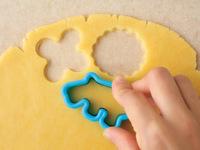 下記「らくらくクッキー」の作り方【1】~【4】を参照し、同様に生地を作る。好みの型で生地を抜き、余った生地はまとめてのばし、再び型で抜いて生地を使いきる。作り方【6】を参照し、同様に焼く(ただし焼き時間を10~12分にする)。
