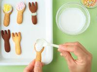 アイシングは袋の表示どおりに作る。クッキーにアイシングを塗り、乾かないうちに好みのトッピングをつける。