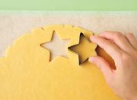 下記「らくらくクッキー」の作り方【1】~【4】を参照し、同様に生地を作る。好みの型で生地を抜き、余った生地はまとめてのばし、再び型で抜いて生地を使いきる。作り方【6】を参照し、同様に焼く(ただし焼き時間を12~13分にする)。