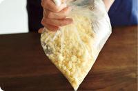 薄力粉、ベーキングパウダー、砂糖をポリ袋に入れ、袋に空気を入れて口を閉じ、振り混ぜる。バターを加え、ぽろぽろになるまで全体をもみながら、さらにしっかり振り混ぜる。