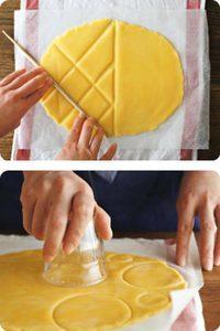 生地を好みの模様にカットする。  ●線で切る〈菜箸カット〉 直線を使って四角や三角、スティック状にカット。焼くとふくらむので、菜箸の太いほうを、生地が切れる直前までしっかり押しつけて。大まかな線をつけてから、細かい部分の線をつけます。  ●円で切る〈コップ&キャップカット〉 コップの口やペットボトルのキャップを生地の下までしっかり押しつけ、円形にカット。線の幅が2㎜以上になるように、縁が厚めのコップを使って。