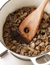 鍋(あれば厚手のもの)にまいたけ、しょうがと、煮汁の材料を入れて中火にかける。煮立ったら弱火にしてふたをし、ときどき混ぜながら30分ほど煮る。  ※保存期間 清潔な保存容器に汁ごと入れ、粗熱が取れたら冷蔵庫へ。1週間保存可能。冷凍用保存袋に入れて冷凍すれば、1カ月保存可能。食べるときは自然解凍を。