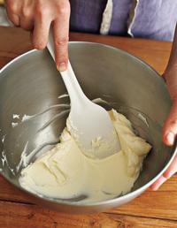 ボールにクリームチーズとグラニュー糖を入れ、ゴムべらでなめらかになるまで混ぜる。サワークリームを加え、なめらかになるまでさらに混ぜる。