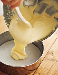 【2】を型に流し入れ、160℃のオーブンで50分焼く。型のまま粗熱を取り、冷蔵庫に入れて1時間以上冷やす。