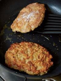 フライパンにサラダ油大さじ1/2、にんにくを入れて中火で熱し、きつね色になるまで炒めてバットなどに取り出す。豚肉を小麦粉をふった面を下にして入れ、表面に小麦粉小さじ1/2を茶こしを通してふって焼く。3分ほど焼いてこんがりとしたら上下を返し、弱火で3分ほど焼く。