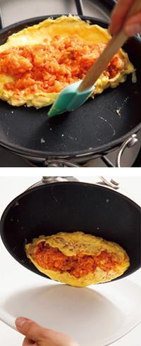 卵の中心にチキンライスの1/2量を、横長にのせる。まずフライパンの手前を持ち上げ、卵の手前にゴムべらを差し込むようにして、全体を奥に寄せる(写真上)。次に手前、向こう側の順にチキンライスに卵をかぶせ、フライパンを返しながら皿に移す(写真下)。
