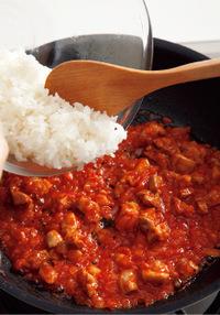 フライパンにサラダ油大さじ1/2を中火で熱し、玉ねぎを入れて炒める。しんなりとしたら、鶏肉を加えて炒め合わせ、色が変わったら、Bの塩4、こしょうをふる。白ワインを回り入れて1分ほど炒め、トマトピューレ、トマトケチャップを加えて、全体になじんでつやが出るまで炒め合わせる。ご飯を加え、木べらで切るようにして炒め合わせ、均一になじんだらバットなどに取り出す。
