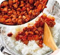 フライパンにサラダ油小さじ1を中火で熱し、鶏肉、玉ねぎ、マッシュルームを広げ入れる。2~3分焼いてから上下を返し、2分ほど炒める。中央をあけてAの材料を加え、具になじませるように炒める。ボールにご飯を入れて具を加え、むらなく混ぜ合わせる。1/2量ずつ口径12cmほどのお椀に入れ、上下を返して皿に盛る。