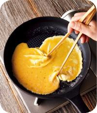 フライパンにサラダ油大さじ1/2を入れ、中火でよく熱する(卵液を少量落とすと、すぐにジュッというくらいが目安)。バター小さじ1を加えて溶かし、【4】の卵液を流し入れて全体に広げる。10~15秒おいて縁が固まりはじめたら、菜箸を大きく広げて、奥と手前をつまむようにしてから、箸を中央で合わせる。