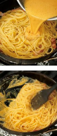 さらにおたま1杯分ほどのゆで汁を加え、さっと混ぜる。【1】の卵液を加え、全体にからめるように、フライパンを揺すりながら、ゴムべらで大きく、手早く混ぜる。