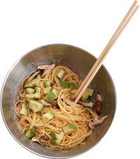 【1】のスパゲティ、しめじをざるに上げて湯をきる(ゆで汁はとっておく)。ソースのボールに入れ、ゆで汁大さじ1くらいを加えて全体をよくあえる。さらにアボカドを加え、さっと混ぜる。