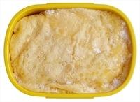 器に卵を割りほぐし、塩少々を加えて混ぜる。フライパンにサラダ油を薄くひいて中火で熱し、卵液を流し入れて全体に広げる。まわりが固まったら裏返し、さっと焼いて取り出す。ラップを広げ、さました薄焼き卵をのせて、チキンライスを中央にのせる。ラップごと卵でライスを包み、弁当箱に合わせて形を整える。冷凍で3週間ほど保存可能。食べるときにトマトケチャップ適宜をかける。  ※使うときは前日に冷蔵庫に移して自然解凍し、朝はかるくレンジで温めてからさましてください。レンジ加熱の際、ぬらして絞った耐熱のペーパータオルをのせて加熱すると、卵が堅くなりません。