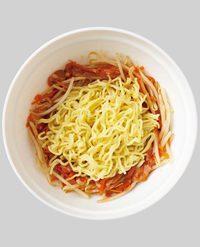 具をまわりに寄せ、真ん中に麺をほぐし入れる。ふんわりとラップをかけ、電子レンジ(600W)で4分加熱する。