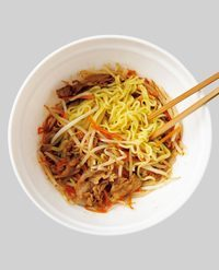 そのまま30秒蒸らした後、よく混ぜる。器に盛り、青のりをふる。  ※蒸らし時間は重要! 野菜から出た水分を麺に吸わせることで、もちもちと弾力のある食感になります。