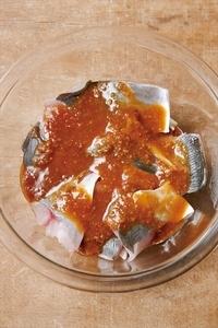 あじを皮目を上にして広げてのせ、煮汁の材料を混ぜてから回し入れる。ふんわりとラップをかけ、電子レンジで6分ほど加熱する。器にあじ、玉ねぎを汁けをきって盛る。残った煮汁に白すりごまを加えて混ぜ、あじにかけてわかめを添える。  ※魚は身がくずれないよう、煮汁を上からかけるだけ。