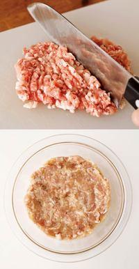 豚肉は包丁で大まかに刻んでから粗くたたき、ボールに入れる。残りのたねの材料を加え、粘りが出るまで手でよく練り混ぜる。手に水をつけて6等分にし、ざっと丸めて平らにする。