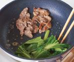 牛肉は焼き肉のたれをもみ込む。フライパンにサラダ油小さじ1を中火で熱し、小松菜の茎をさっと炒める。あいているところに牛肉をたれごと入れ、肉の色が変わるまで炒める。小松菜の茎がしんなりしたら葉も加えてさっと炒め、小松菜にのみ塩少々と、すりごまをあえる。ともにさます。
