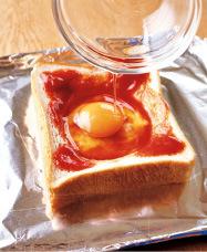 天板にパンを並べて置き、それぞれピザソースを塗ってくぼみに卵を入れる。まわりにソーセージ、ピーマン、ピザ用チーズをのせる。オーブントースターで4分ほどこんがりするまで焼き、アルミホイルをかぶせてさらに5分ほど焼く。