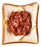 天板にパンを並べて置き、スライスチーズ、ミートソースを1/2量ずつ順にのせる。トースターで4分ほど焼き、仕上げに粉チーズ、パセリをふる。