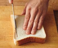 食パンは〈みみ〉から5mm内側に、底まで貫通しないように、包丁で切り込みをロの字に入れる。