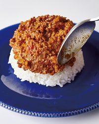 温かいご飯をドーム状に盛り、キーマをスプーンで塗る。