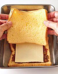 バットに卵液を作り、食パン4枚の両面にさっとからめる。パン1枚にキーマ大さじ2、スライスチーズ1枚をのせ、もう1枚でサンドする(残りも同様に)。フライパンにバター大さじ1を溶かして両面を焼き、こんがり色づいたらでき上がり。