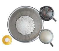 ボールに白玉粉、水1/2カップを入れて泡立て器でよく混ぜる。牛乳を少しずつ加えて溶きのばし、塩小さじ1/4を加えてさらに混ぜる。