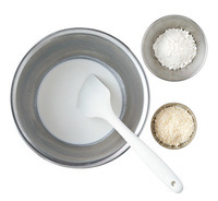 【1】のボールにホットケーキミックス、粉チーズを加え、生地がまとまるまでゴムべらで混ぜ合わせる。