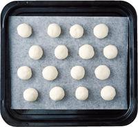 生地を16等分にして丸める。オーブン用シートを敷いた天板に並べ、170℃のオーブンで15~18分焼く。網にのせてさます。