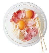ラップをはがして卵を割り入れ、粉チーズを加えてすぐに菜箸でよーく混ぜる。器に等分に盛り、粗びき黒こしょうをふる。