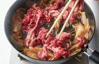 ふたを取って再び中火にする。牛肉を加え、菜箸でほぐしながら肉の色が変わるまで2分ほど煮る。ご飯とともに器に等分に盛り、あれば紅しょうがを添える。  ※牛肉はさっと煮る程度でOK。堅くなる前に火を止めて。
