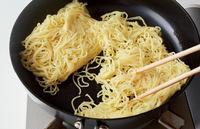 フライパンにサラダ油大さじ1/2を中火(炎の先がフライパンに当たるくらい)で熱する。麺を入れ、菜箸でほぐすようにして大きく混ぜながら、3分ほど炒める。火を止めて一度取り出す。  ※最初から野菜と炒めると、野菜の水分で麺がのびてしまうので要注意。