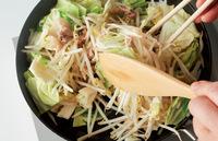 同じフライパンにサラダ油大さじ1/2をひいてもう一度中火にかける。豚肉を入れ、菜箸でほぐしながら色が変わるまで2分ほど炒める。キャベツともやしを加え、菜箸と木べらで上下を返しながら大きく混ぜ、野菜がしんなりとするまで4分ほど炒める。