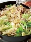 フライパンにサラダ油をひいて中火(炎の先がフライパンに当たるくらい)にかける。豚肉を入れ、菜箸でほぐしながら色が変わるまで2分ほど炒める。キャベツともやしを加え、菜箸と木べらで上下を返しながら大きく混ぜ、野菜がしんなりとするまで4分ほど炒める。中火のまま、フライパンにスープの材料を加えて混ぜる。