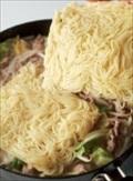 煮立ったら麺を加え、ほぐしながら2分ほど煮る。