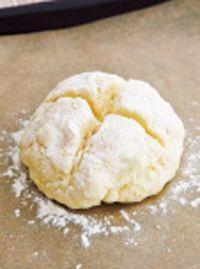 【1】に小麦粉をふり、ナイフで十字に切り目を入れる。