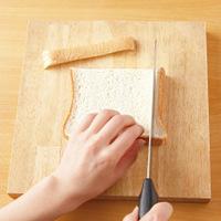 食パンのみみを切り落とし、縦半分に切ってから、さらに縦2等分ずつに切る。