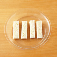 耐熱皿に少し間隔をあけてパンを並べる。ラップをせずに、焦げないように様子をみながら、電子レンジで1分30秒~2分加熱して取り出す。ケーキクーラーなどにのせて、途中上下を返しながら、表面が完全に乾くまで5~10分おく。