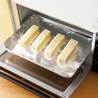 オーブントースターの天板にアルミホイルを敷く。少し間隔をあけてパンを並べ、焦げないように様子をみながら2~5分焼く。取り出して、ケーキクーラーなどにのせ、完全にさめるまでおく。  ※オーブントースターの加熱時間は700~800Wのものを基準にしていますが、機種によって多少異なる場合があります。800Wよりも高い場合は加熱時間を短めにし、途中、焦げそうになったらアルミホイルをかぶせてください。低い場合は時間を長めに設定して、様子をみながら加熱してください。