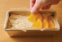 下準備した型に生地を入れ、ゴムべらで表面をならす。残りのオレンジを重ねながら、2列に並べる。天板にのせてオーブンの下段に入れ、180℃で40~43分焼く。中央に竹串を刺し、生地がついてこなければ焼き上がり。