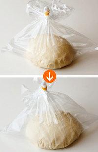 生地をかるく丸めてポリ袋(35×30cmくらい)に入れ、空気を含ませてから袋の口を輪ゴムで閉じる。そのまま室温(できれば暖かいところ)に30分ほど置き、発酵させる。生地がひとまわりほど大きくなるのが目安。